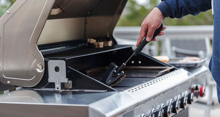 Scrubbing grill with brush